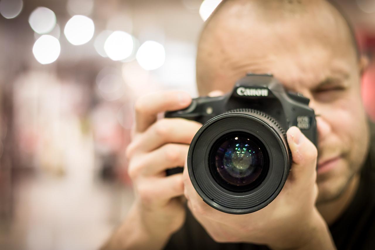 Man taking a photo to compare canon t5i vs t6i